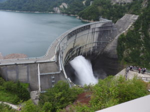 展望台から黒部ダムを望む