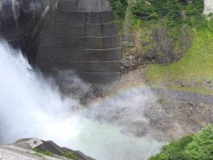 黒部ダム放水と虹
