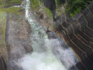 黒部ダム中心付近から恐る恐る下を見る