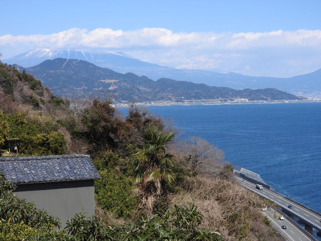 振り返ると富士山見えない